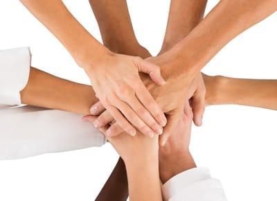 Ein gutes Team – aufeinander liegende Hände